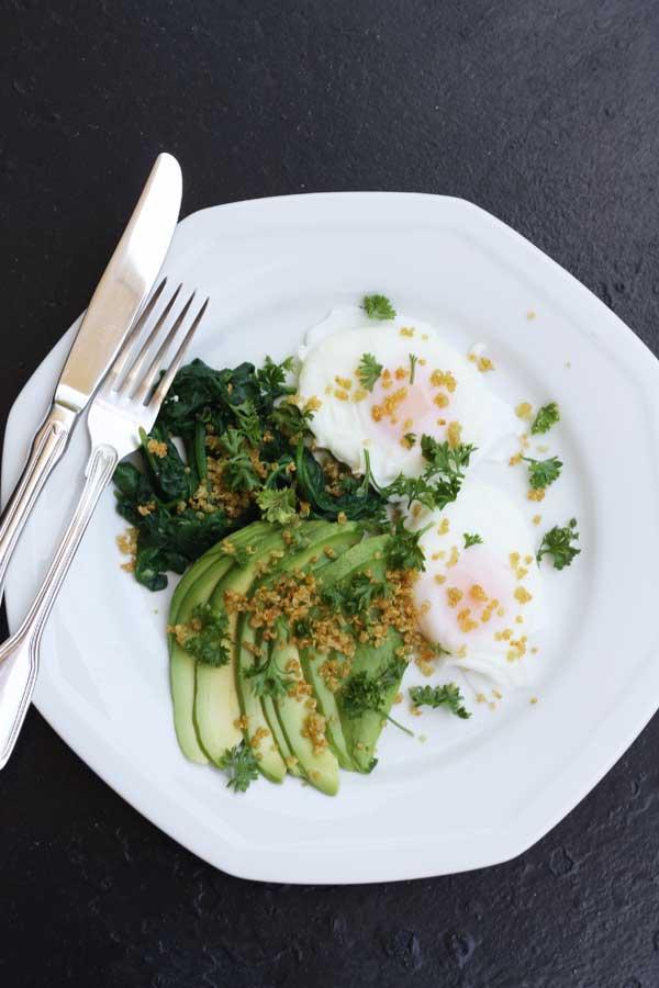 Poached eggs with avocado, spinach & crispy quinoa