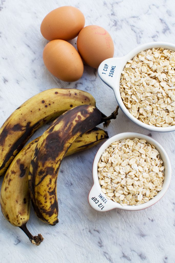 Ingredients for banana oat waffles (oats, bananas and eggs)